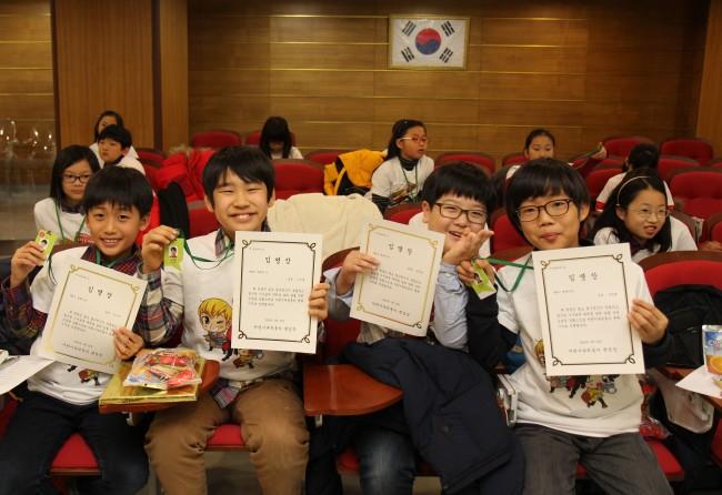 명예기자 어린이들이 발대식에서 받은 임명장과 기자증을 자랑스럽게 들고 있다. - (주)동아사이언스 제공